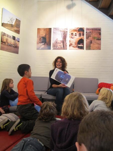 Inez Groenendal leest voor uit 'Reza en Ami' in Podium Mozaïek