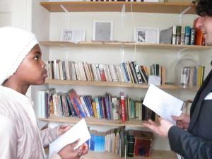 Beverlyn interviewt Simon bij de bibliotheek